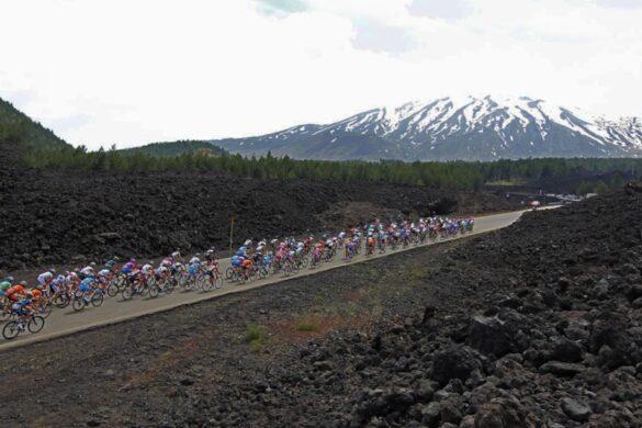 SPORT/Giro d'Italia: un video celebra il matrimonio fra Etna e ciclismo