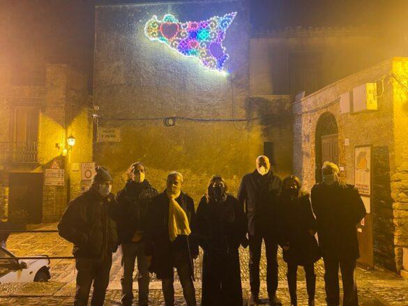 ARTE: a Erice, per Natale, le luminarie di Domenico Pellegrino e le musiche di Battiato accendono i vicoli